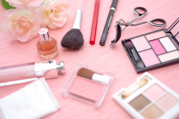 女性の化粧品セット(マスカラ・アイシャドーなど)のフリー画像