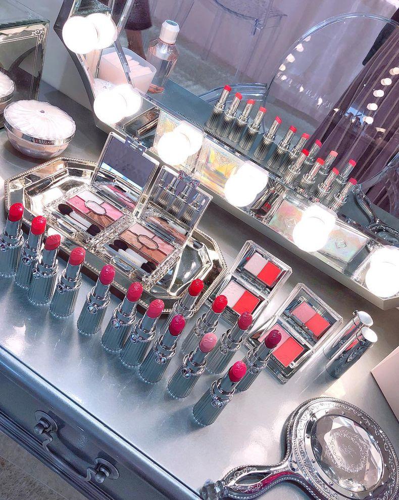 化粧台の上などコスメが並んでいるイメージ