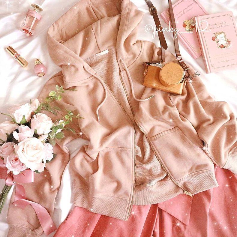 服とコスメが掲載。明るくポップな色合い